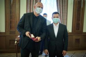 "Зеленский вручил ""заслуженного артиста"" Потапу, а Кароль - орден"
