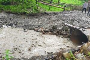 """На Прикарпатті дощ розмив дорожній переїзд – """"відрізані"""" сім сіл"""