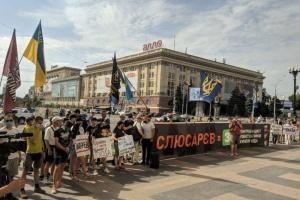 """""""Годі пхати вату у владу"""": у Харкові знову мітинг проти ексдружини Мураєва"""