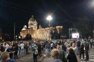 В Белграде протестующие штурмовали парламент из-за возобновления карантина