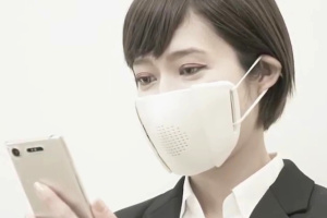 """В Японії розробили """"розумну"""" маску-перекладача"""