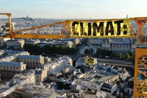 Greenpeace устроил акцию на кране возле Нотр-Дама
