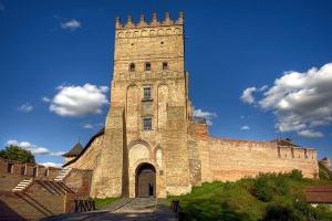 リューバルト城で自撮り ゼレンシキー大統領、ルーツィク市の観光地紹介