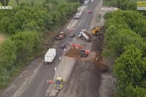 На Донеччині ремонтують дорогу Покровськ-Бахмут-Михайлівка
