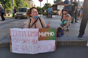 Антикарантинні протести у Сербії: молодь влаштувала сидячі пікети