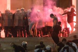 Протести в Сербії переросли в масові сутички з поліцією