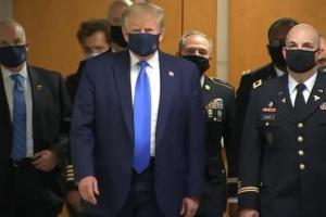 Трамп таки одягнув захисну маску під час візиту до військового шпиталю