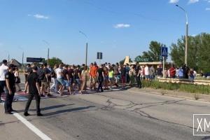 Работники ночных клубов и рестораторы перекрывали мост через Днепр в Херсонской области