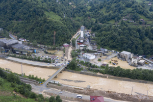"""В результате наводнений в Турции """"отрезаны"""" шесть сел, есть жертвы"""