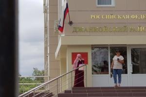"""В Крыму """"суд"""" взялся за иск активистки, которой """"шьют"""" экстремизм"""