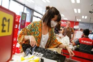 Британия вводит обязательный масочный режим в магазинах