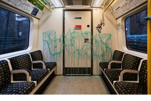 Крысы и медицинские маски: Бэнкси разрисовал вагон метро в Лондоне