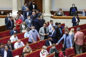 """Рада """"завернула"""" законопроект, который позволяет депутатам брать помощников без образования"""