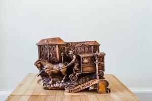 """Мініатюрна карета """"швидкої"""" стала доступною для мандрівників у Києві"""