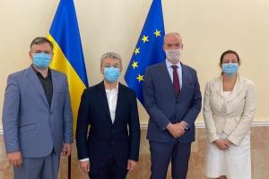 Туризм, бібліотеки та кіно: Ткаченко обговорив співпрацю з послом Франції