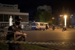 Präsident Selenskyj überredet den Terroristen, sich zu ergeben und Geiseln freizulassen