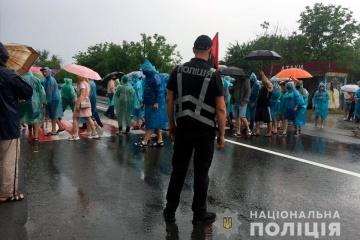 На Буковині протестувальники третій день блокують трасу
