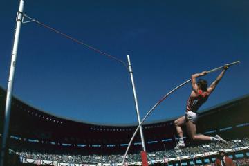 Hace 35 años, Sergíy Bubka fue el primero en el mundo en superar 6 metros en salto con pértiga