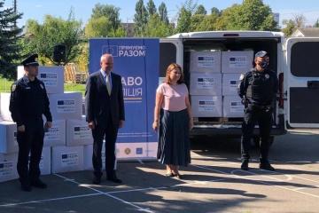 El Embajador Maasikas entrega un nuevo lote de medios de protección contra el COVID-19 a la Policía Nacional