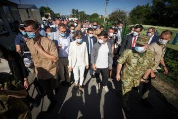 スイス大統領、ルハンシク州の改修した橋を視察