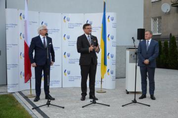 Kuleba y Czaputowicz abren nuevo edificio de la Embajada de Ucrania en Varsovia