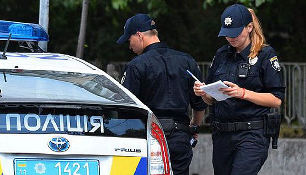 У Києві перекрили вулицю Кіото через невідомий пакет на зупинці