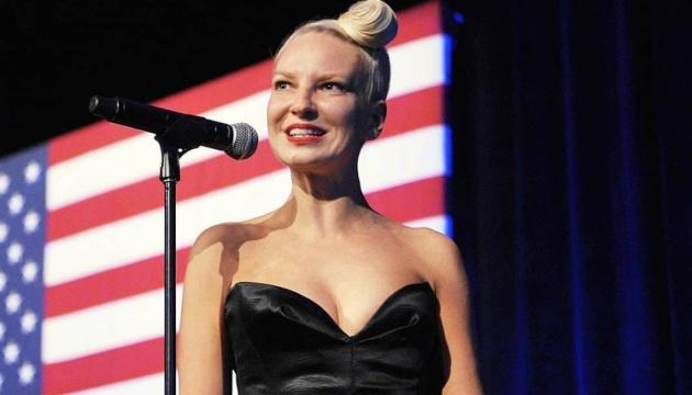 Австралійська співачка Sia стала бабусею
