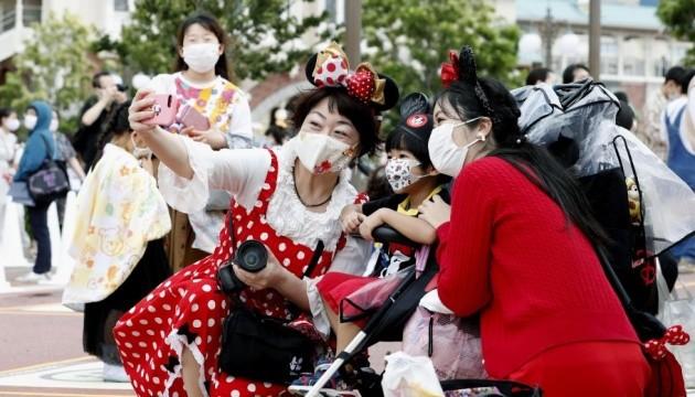 У Токіо після 4-місячного карантину відкрили Діснейленд