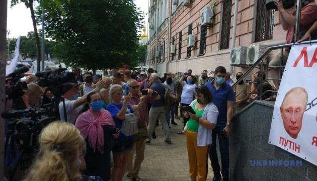 Обрання запобіжного заходу Порошенку: під судом зібрався мітинг