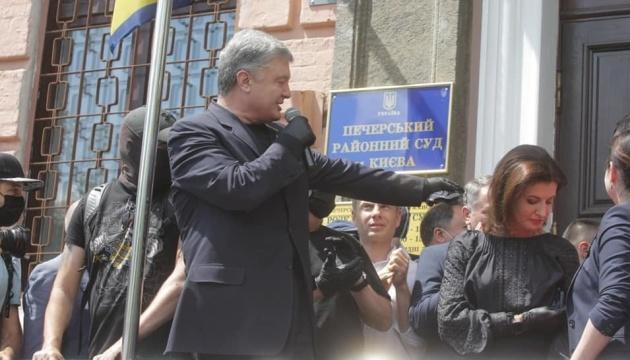 Суд відмовив адвокатам Порошенка у відводі 13 прокурорів