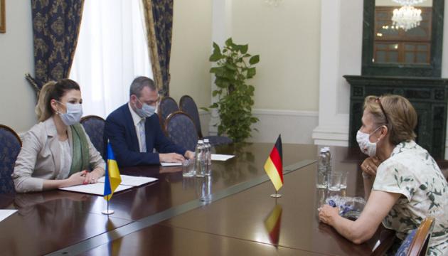 ФРГ не признает оккупационные власти Крыма и поддерживает санкции против РФ - посол Фельдгузен