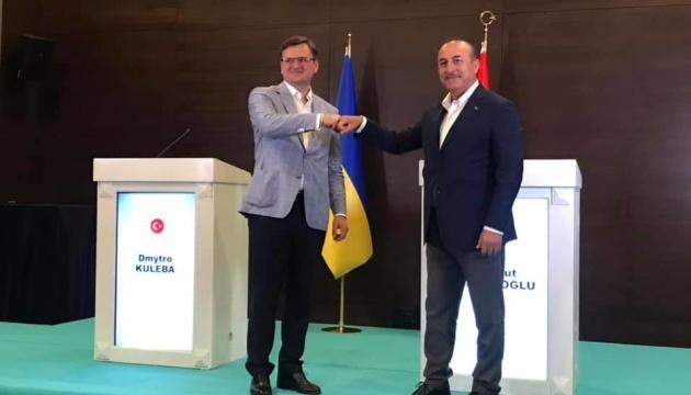 Kuleba trata con Çavuşoğlu nuevas oportunidades de inversión y cooperación para empresas ucranianas y turcas