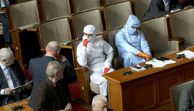 В Болгарии оштрафовали 24 депутатов за то, что были без масок в парламенте