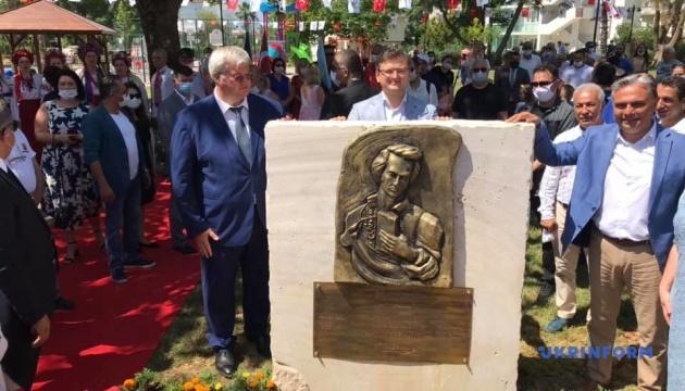 Кулеба в Анталії відкрив барельєф Шевченку та зустрівся з українською громадою