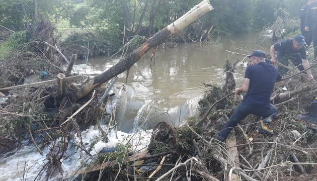 Во Львовской области спасатели продолжают ликвидировать последствия затопления