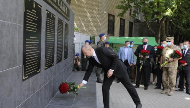 Шмигаль на Донеччині відкрив меморіальну стелу та нагородив бійців Нацгвардії