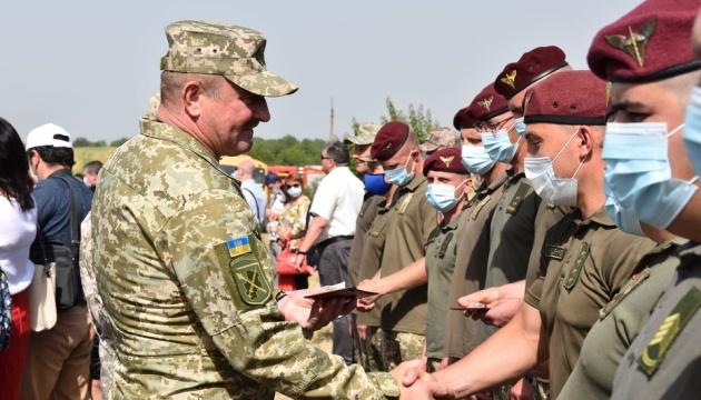Командувач ОС на Карачуні вручив нагороди десантникам
