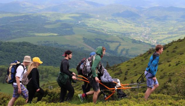 На Львівщині відбулося перше в цьому році інклюзивне сходження на гору Пікуй
