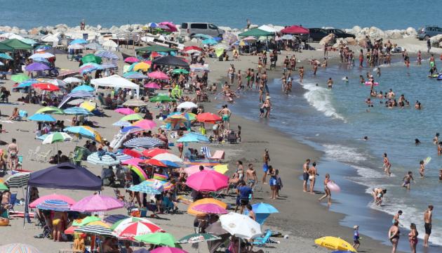 Испания закрыла пляжи из-за нарушения социальной дистанции