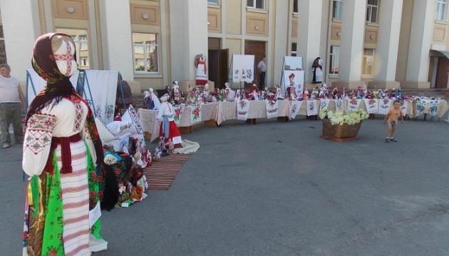 На Житомирщині просто неба експонують майже півтори сотні ляльок-мотанок