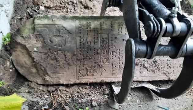 На Тернопільщині сходи поліклініки виявилися давніми єврейськими надгробками