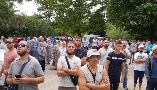 Кримські татари у Сімферополі вимагали від Аксьонова вибачень за