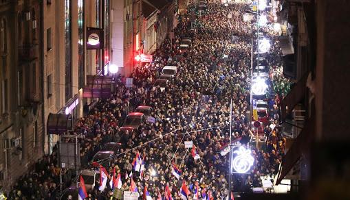 В Сербии - массовые ночные акции против повторного карантина
