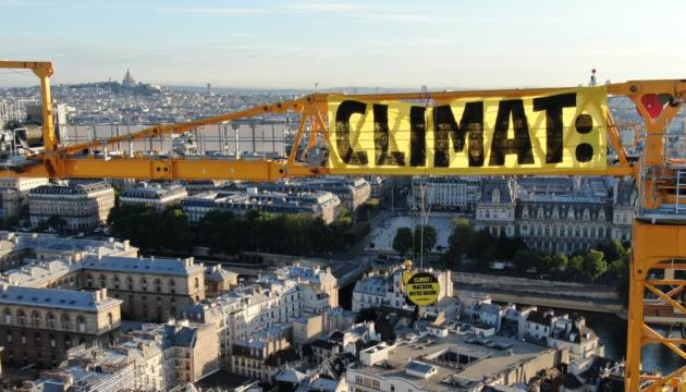 Greenpeace влаштував акцію на крані біля Нотр-Даму