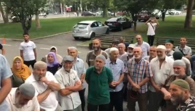 クリミア・タタール系市民数十名、被占領下シンフェローポリ市で「首長」に謝罪要求
