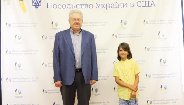 Посол у США вручив подарунки маленькому українцю, який знайшов помилку про літак «Мрія»