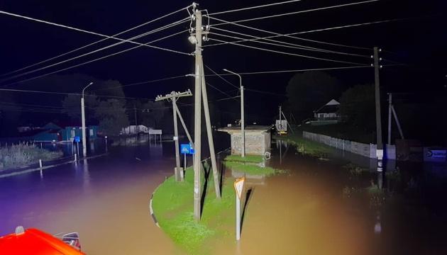 Нічний шквал повалив дерева та знеструмив села на Рівненщині