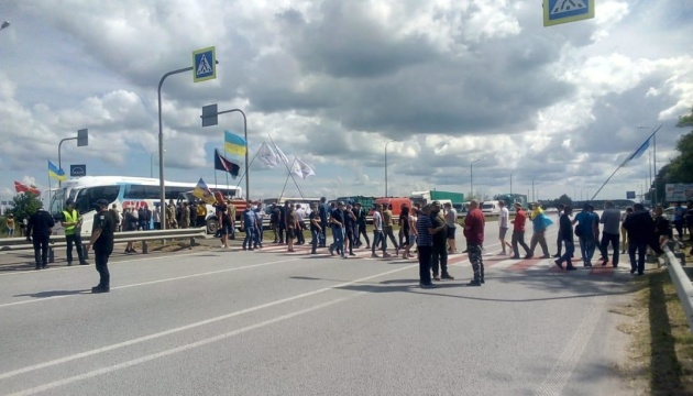 Под Житомиром перекрыли трассу Киев-Чоп: требуют выделения земли участникам АТО/ООС