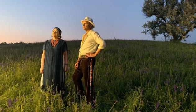 Художница ZINAIDA создала сценографию для клипа Олега Скрипки и Нины Матвиенко