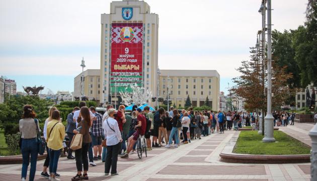 В городах Беларуси люди выстраивают цепи Солидарности, аресты продолжаются